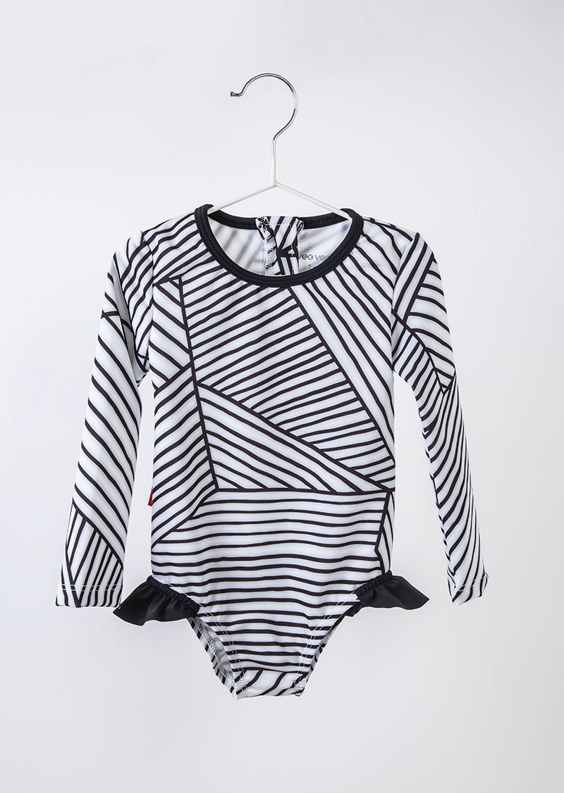 traje de baño blanco con rayas negras de manga larga con olanes