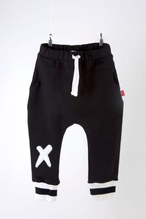pantalón negro con puños tejidos y bordado en una rodilla