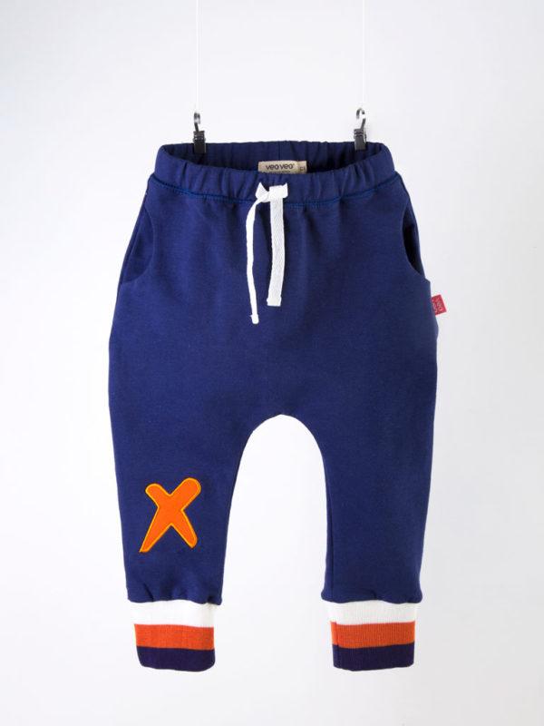pantalón azul bordado en una rodilla