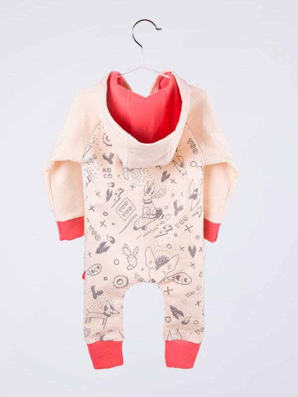 mameluco color hueso con detalles rojos en puños y tobillos