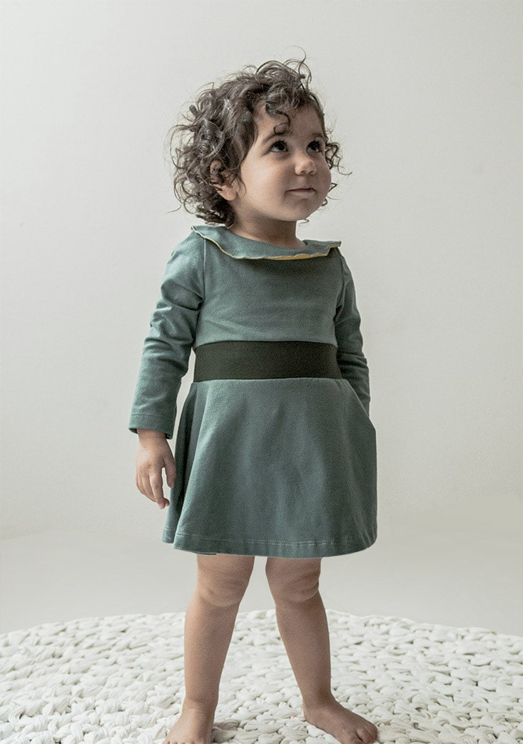 vestido verde en niña de frente