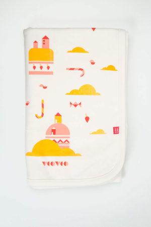 manta color hueso con estampado de ciudad pastel