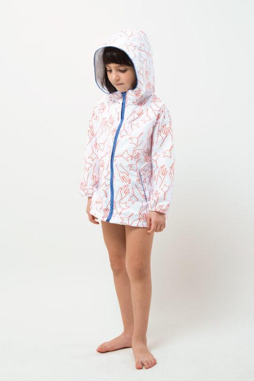 niña con impermeable con capucha, modelo unisex