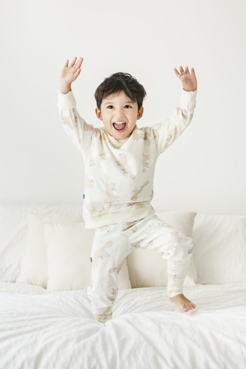 niño jugando con pijama blanco estampado veoveo