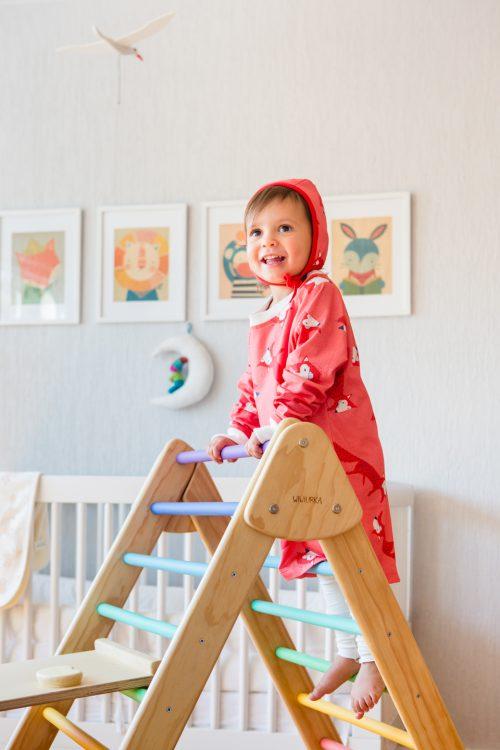 niña en pijama veoveo de color rosa estampado sustentable